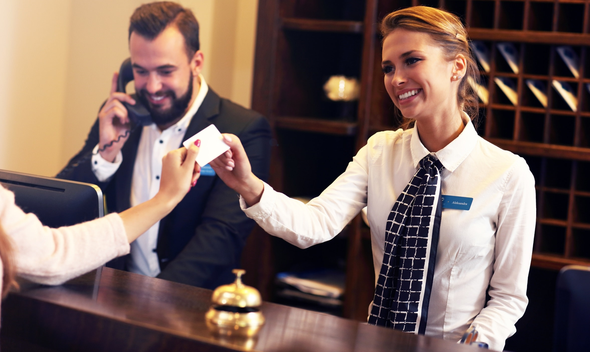 Gast erhält Key Card im Hotel